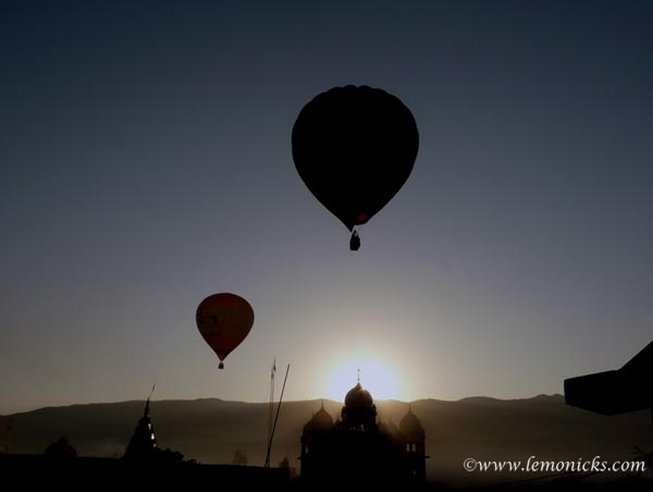 Travel Photo Roulette: Hot air baloons at dawn at Pushkar. Copyright by lemonicks.com